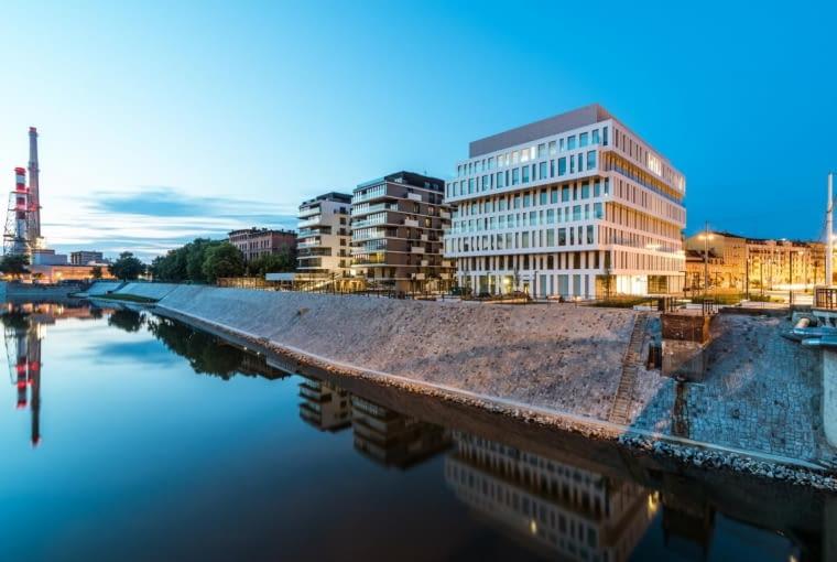 Zespół budynków Kurkowa/Dubois, Wrocław, Polska, proj. Maćków Pracownia Projektowa, nominacja w Kategorii budynki zrealizowane, obiekty wielofunkcyjne. Zespół budynków tworzą trzy budynki - dwa mieszkalne i jeden biurowy. Wszystkie mają prostą modernistyczną formę. Łączenie różnych funkcji na jednym obszarze jest próbą poszukiwania rozwiązań dla miast, które zmagają się z korkami przy dojazdach do dzielnic biurowych i wyludnianiem się całych miejskich obszarów,w momencie, gdy wszyscy kończą pracę.