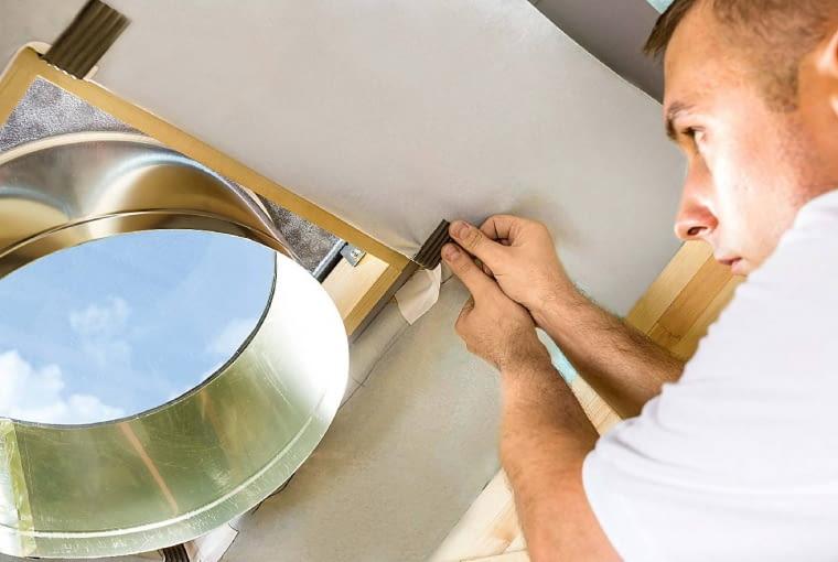 Od wewnątrz część dachowa świetlika mocowana jest do łat poprzez elastyczne blaszki montażowe i wkręty