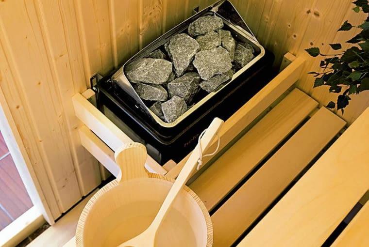ŁAZIENKA Z SAUNĄ. Parę wodną można wzbogacić wyciągami z ziół przeznaczonych do inhalacji (np. eukaliptusa, sosny, lawendy). Tak robi właścicielka tej sauny i zapewnia, że czuje się wtedy jak w raju!