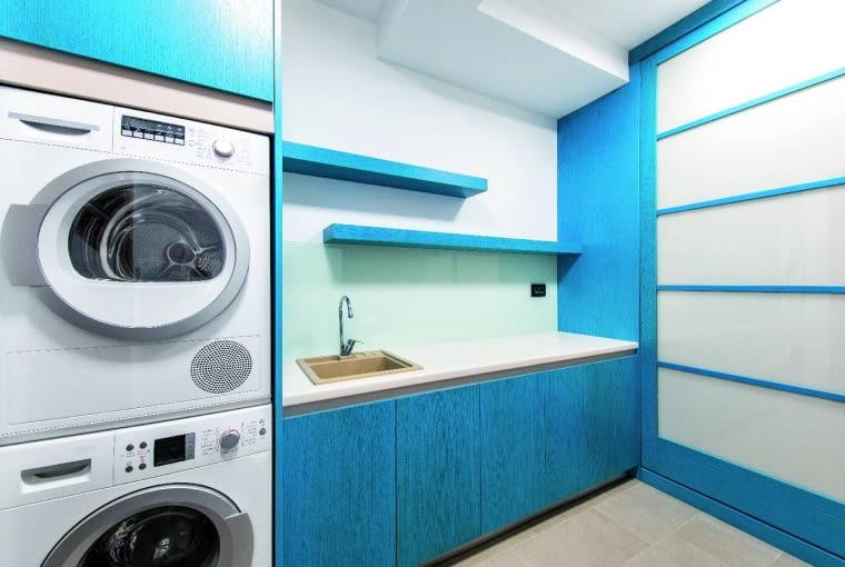 W takim miejscu jak pralnia, możemy również umieścić suszarkę automatyczną albo pojemniki na ubrania, a także zlew