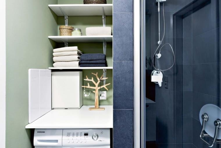 Po remoncie. Pralka i kabina prysznicowa zajęły miejsce po toalecie, o którą powiększono łazienkę. Nad pralką, ustawioną między kabiną a schowkiem gospodarczym, zawisły półki, m.in. na ręczniki. Praktycznym miejscem na łazienkowe drobiazgi jest też spory blat zamontowany tuż nad urządzeniem.