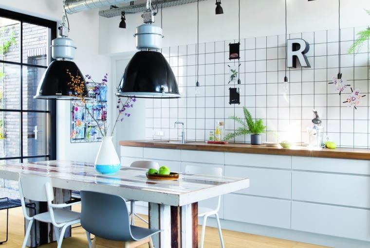 O 'FABRYCZNYM' CHARAKTERZE tej kuchni decydują odkryte przewody wentylacyjne i styl lamp.