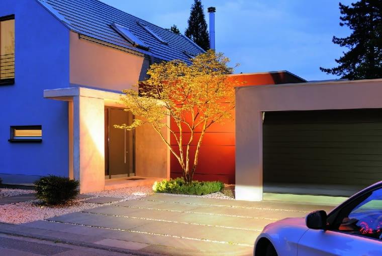 Najczęściej do zamknięcia garażu wybierane są bramy segmentowe. Składają się one z połączonych zawiasami paneli, które przy otwieraniu przesuwają się na ścianę lub sufit garażu
