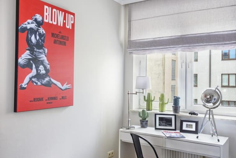 Na ścianie - plakat z filmu 'Powiększenie' Michelangela Antonioniego, jednego z ulubionych reżyserów pani domu (to kolejna rzecz, która 'mieszka' tu z Dagmarą od samego początku). Stolik pod plakatem, dywan, czarne metalowe krzesło, metaliczny globus i sztuczne kaktusy kupiono w Decoretro.