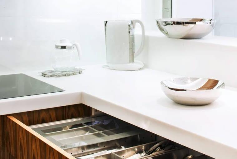 Na zdjęciu - jedną z szuflad z wkładem na sztućce; w innych są specjalne wkłady na talerze, szklanki itp.