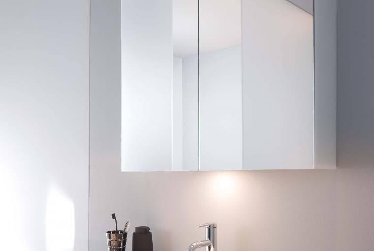 3 W 1, CZYLI SZAFKA z lustrem i oświetleniem, to dobry pomysł na zaoszczędzenie miejsca. GOOD, moc 11 W, od 4070 zł, Duravit
