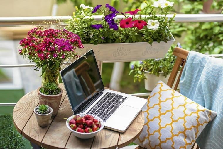 2. Najprościej Wystarczy przenieść laptop na balkonowy stolik, obok postawić kubek z kawą i miseczkę z owocami, zadbać o wygodne krzesło - i nasze tymczasowe stanowisko pracy gotowe!