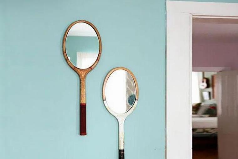 Zestaw do badmintona może stać się oryginalnymi lustrami dla miłośników sportu. Wystarczy dopasować do rakiet lustra i powiesić je na ścianie.