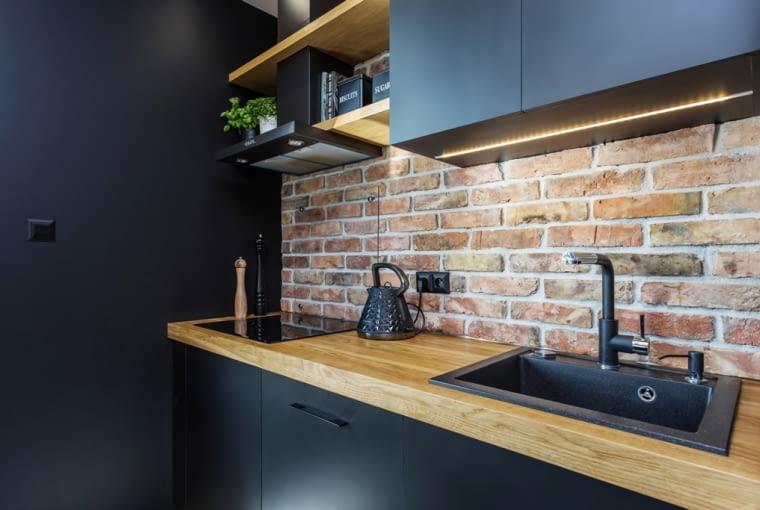 Wykończenie ściany nad blatem w kuchni