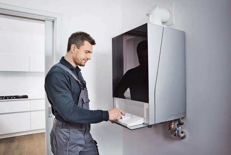 W ramach konserwacji kotła kondensacyjnego fachowiec kontroluje stan połączeń elektrycznych i automatyki