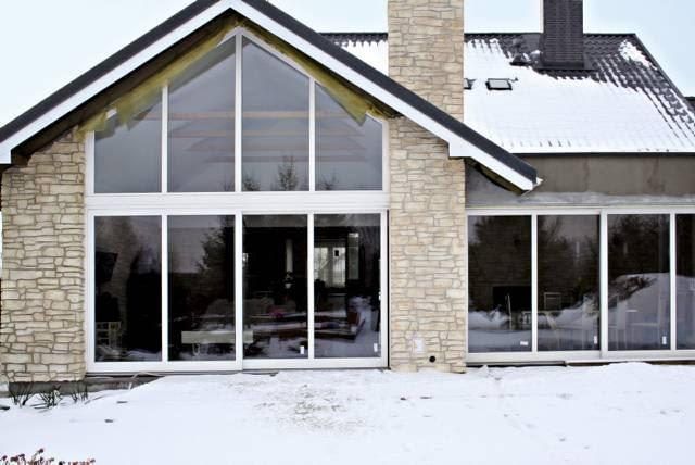Duże okno, zajmujące niemal całą ścianę domu