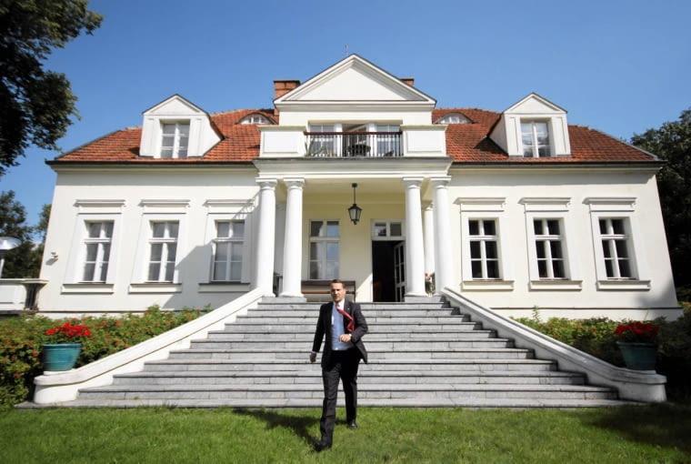 Chobielin. Minister spraw zagranicznych Radosław Sikorski przed swoim domem 22.08.2011 CHOBIELIN , MINISTER SPRAW ZAGRANICZNYCH RADOSLAW SIKORSKI PODCZAS KONFERENCJI PRASOWEJ W SPRAWIE LIBII . FOT. KRZYSZTOF SZATKOWSKI / AGENCJA GAZETA SLOWA KLUCZOWE: MANUAL