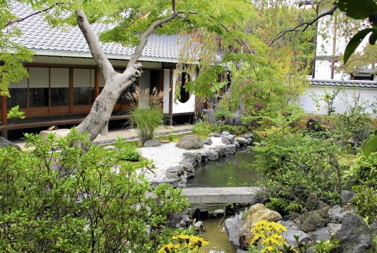 Uroda natury - ogród japoński jest zawsze inspirowany krajobrazem naturalnym. To pokłon składany naturze.