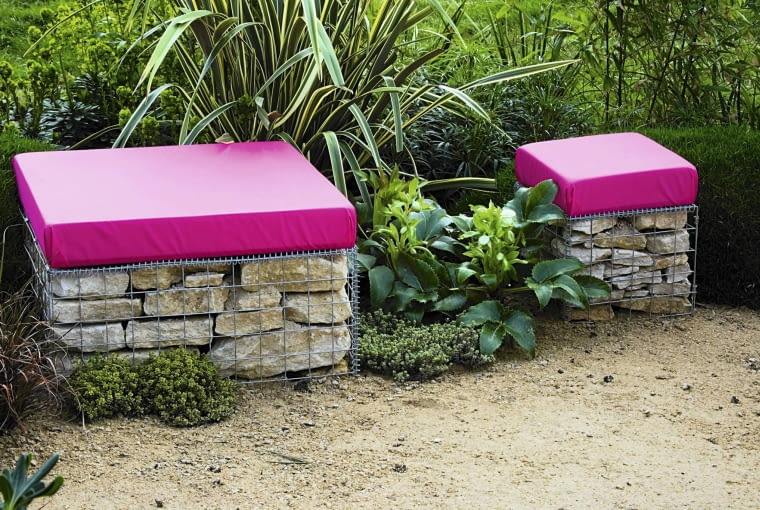 PINK CUSHION TOPPED GABION SEATS IN A GARDEN DESIGNED BY NIC HOWARD AND BARNEY HARRISON. THE GREAT GARDEN CHALLENGE, BLENHEIM PALACE, OXFORDSHIRE SLOWA KLUCZOWE: BARNEY BENCH BLENHEIM CHALLENGE DESIGNED GABION GREAT HARRISON HOWARD NIC OXFORDSHIRE PALACE SEATS TOPPED cushion garden pink 000 Gabionen quer Sommer Sitzplatz Stauden Beet draussen Garten