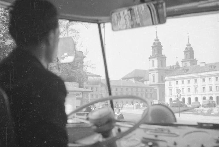 Fotoreportaż z trasy autobusu linii 132 w Warszawie (1958 r.). Kabina kierowcy w autobusie Chausson i widok z autobusu podczas przejazdu ulicą M. Kopernika. Widoczny fragment ulicy Nowy Świat oraz wieże kościoła Św. Krzyża.
