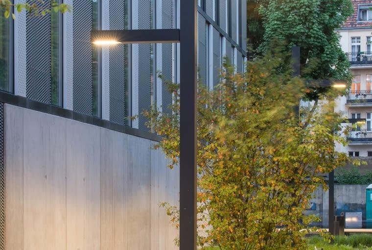 Lampa w ciąży przy nowym biurowcu w Poznaniu, projekt Ultra Architects