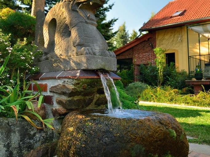 KASKADA - w tym ogrodzie podpatrzymy wiele ciekawie wyeksponowanych kamiennych detali.