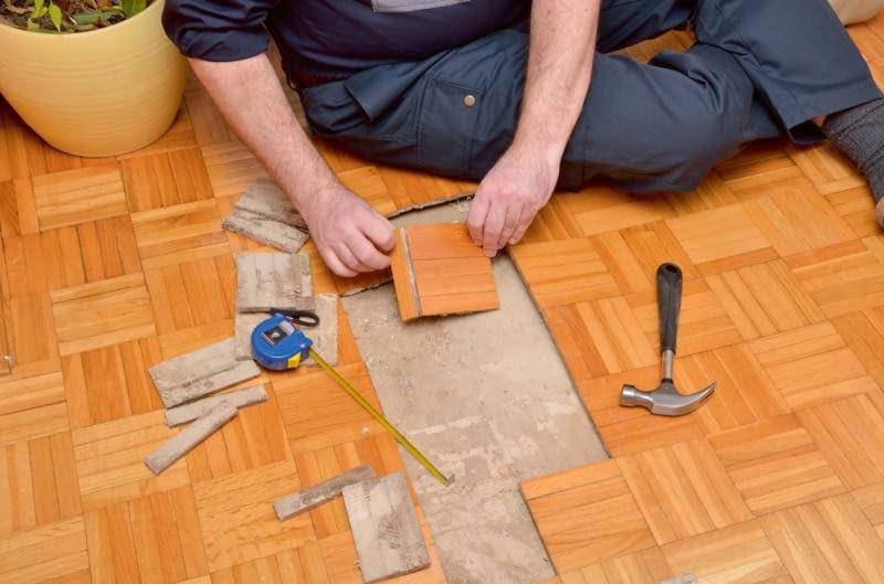 Podczas wklejania deszczułek trzeba sprawdzić, czy stare nie są odkształcone. Jeśli tak - należy użyć zapasowych elementów pozostałych po układaniu podłogi