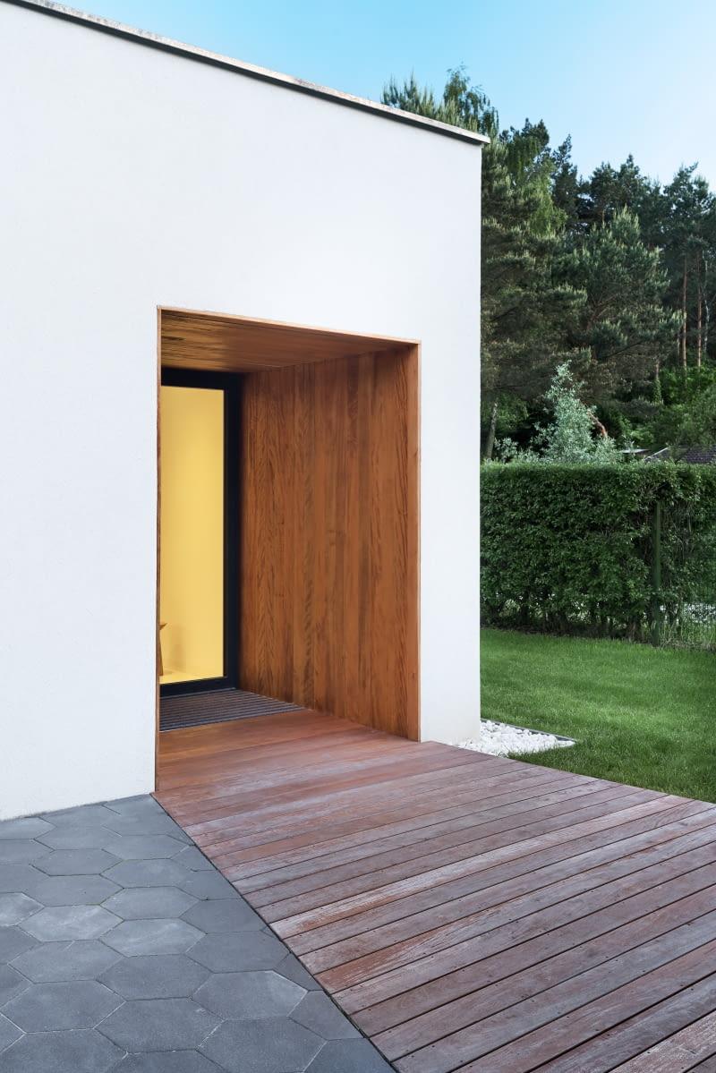Аналогичную процедуру можно увидеть и с другой стороны - входная зона в дом, перед которой развернут натуральный ковер.