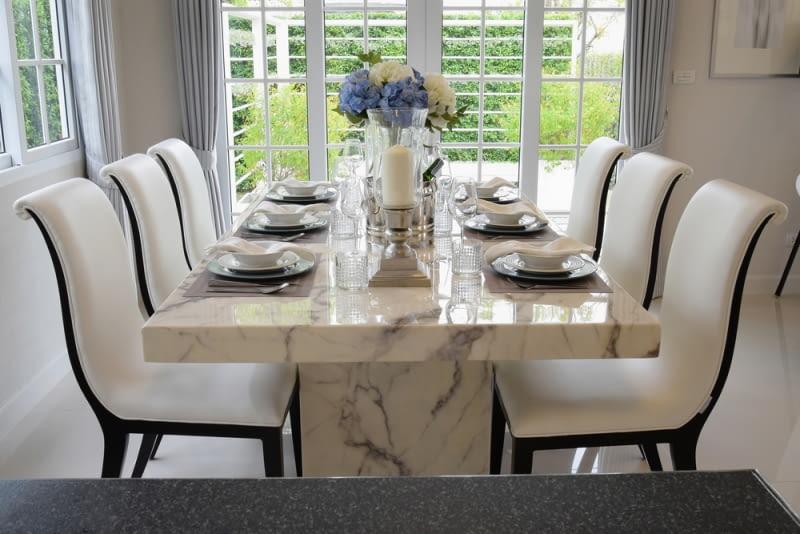 Stół z kamiennym blatem