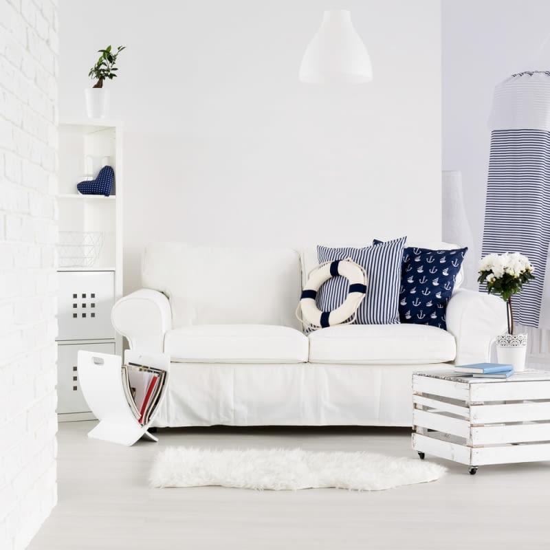 W przypadku stylu marynistycznego zadbajmy o jednolity kolor ścian, najlepiej biały, który idealnie wpisuje się w klimat morza.