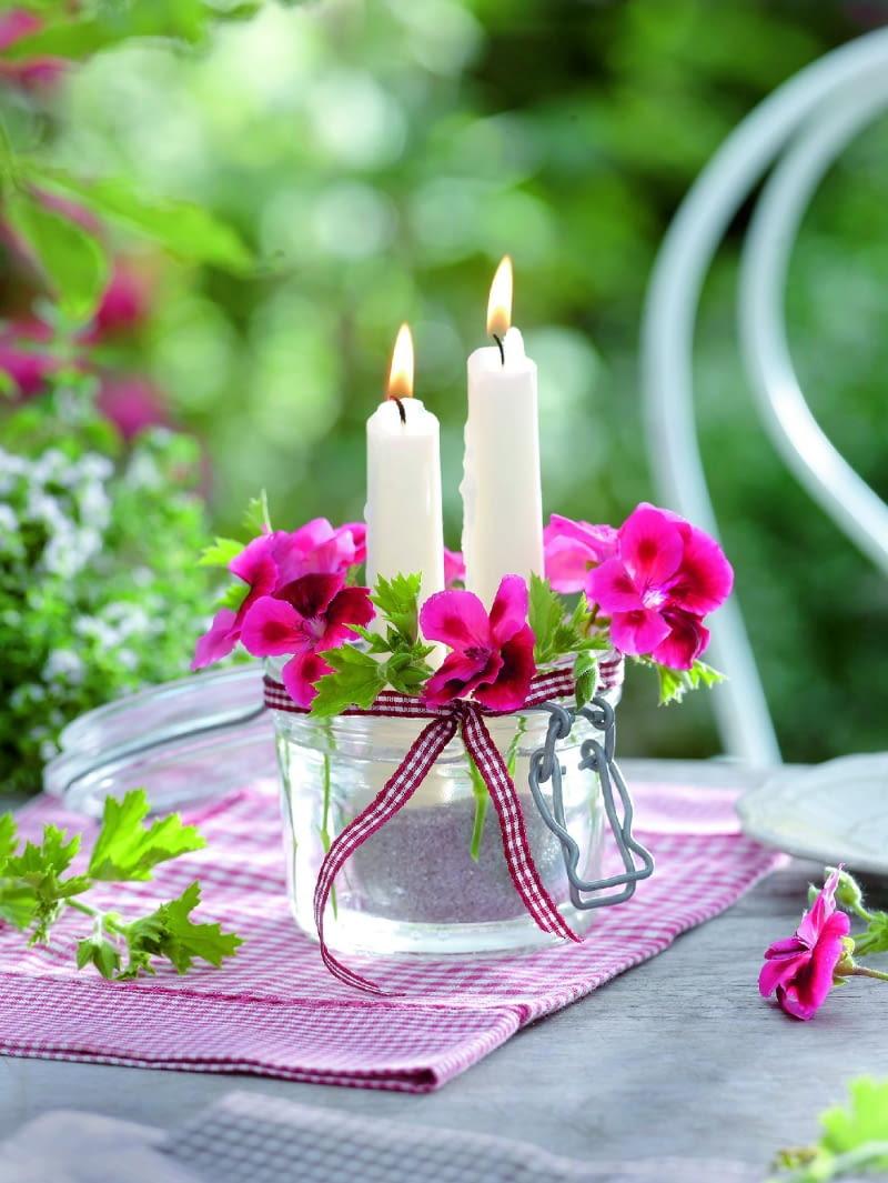 ~Windlicht mit Geranienblten 3/3Bltter und rote Blten von Pelargonium grandiflorum ( Edelgeranie ) um Glas mit Kerzen