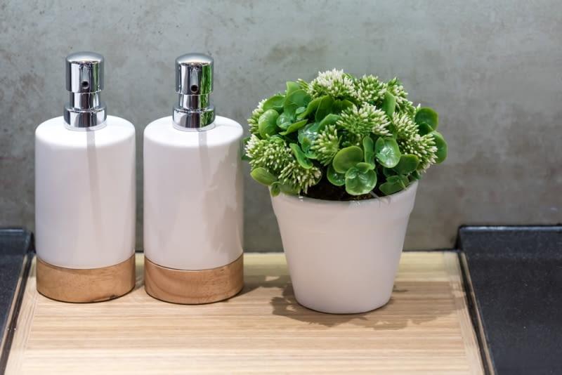 charakter łazienki odmieni mydelniczka czy dozownik mydła w płynie.