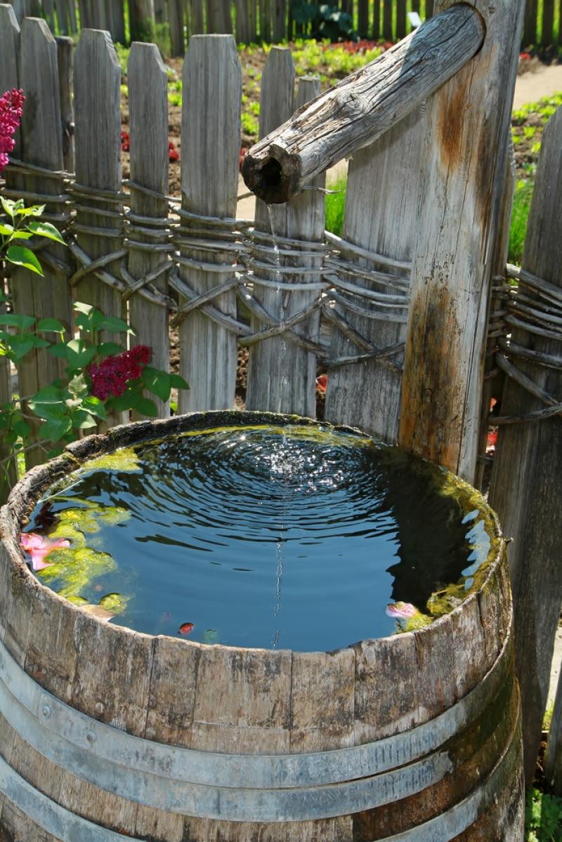 Zbiornik na deszczówkę ze starej beczki