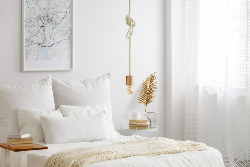 Sypialnia to wnętrze, które powinno być urządzone w jasnych barwach, pełnych delikatnych wykończeń i dodatków, które są neutralne, wręcz delikatne dla oka.