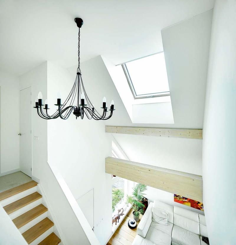 Aby wygodnie obsługiwać okna zamontowane wysoko - na zdjęciu doświetlające klatkę schodową - warto je wyposażyć wsterowanie elektryczne