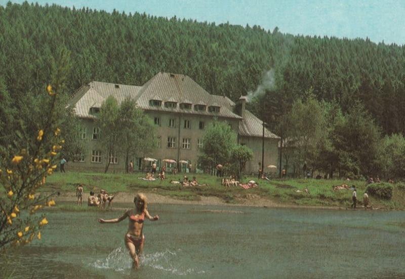 """Dom Turysty """"Nad Zaporą"""" w Wiśle na pocztówce z lat 80."""
