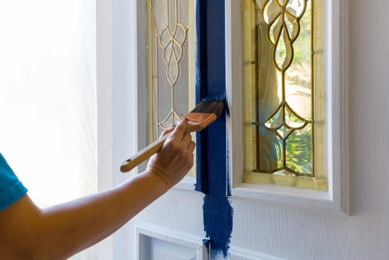 Drzwi malowane znowu wróciły do łask wraz z modą na styl retro. Zwłaszcza, że faktycznie można je pomalować w odniesieniu do klimatów, jakie panowały dawniej.