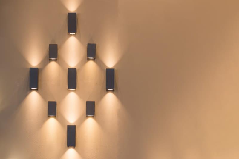 Mówiąc lampy ścienne mamy na myśli lampy w formie kinkietów, które są niezwykle popularnym rozwiązaniem.