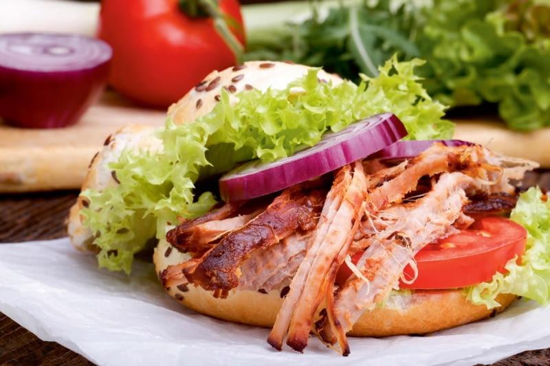 Dzielony na włókna grillowany kurczak to ciekawa alternatywa dla mielonego mięsa