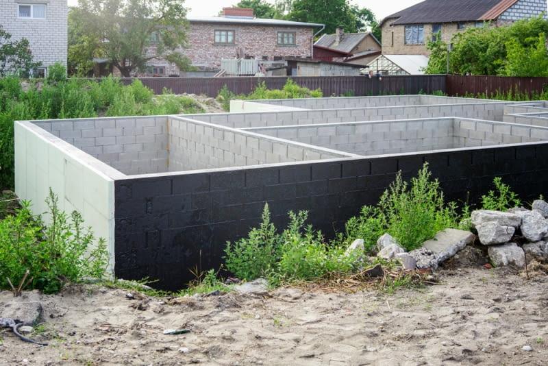 Izolacja fundamentów, czyli jak ochronić dom przed wilgocią
