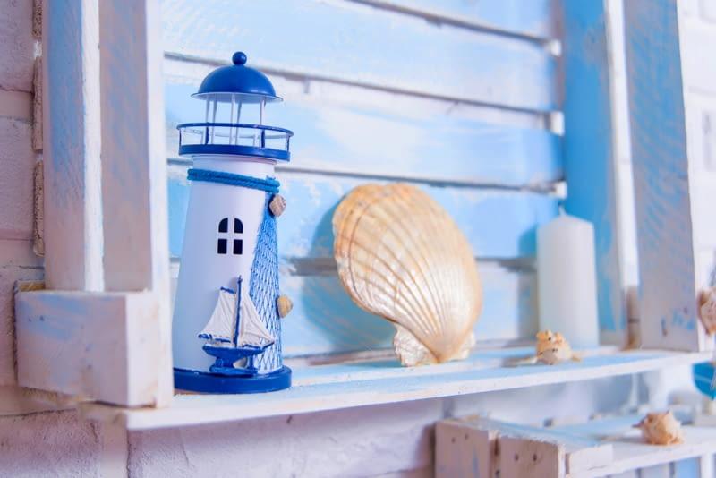 Z morzem kojarzą się również statki i muszle, które również warto umieścić w pokoju.