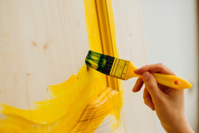 Drzwi, które są pomalowane dobrze prezentują się wizualnie. Na dodatek, jest to też praktyczne rozwiązanie.