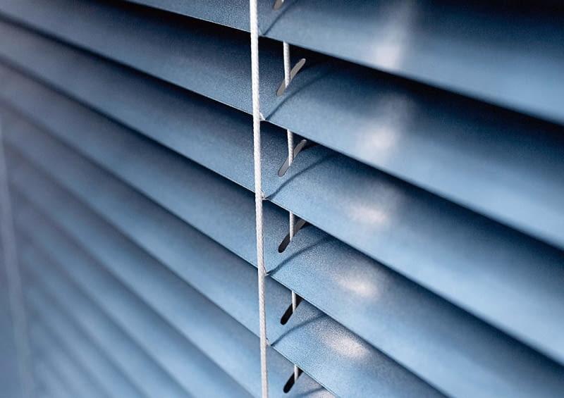 Aluminiowe żaluzje są bardzo lekkie, na co trzeba uważać przy otwartych oknach - przeciąg potrafi je pogiąć