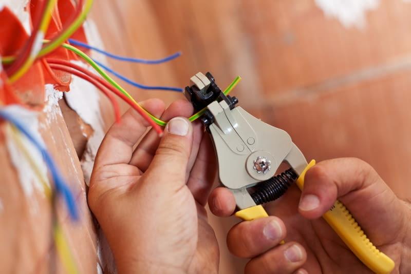 W pierwszej kolejności musisz wykonać instalacje - zarówno wod-kan jak i wszelkie instalacje elektryczne.