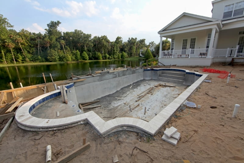 Etapy pracy: hydroizolacja basenu i układanie okładziny
