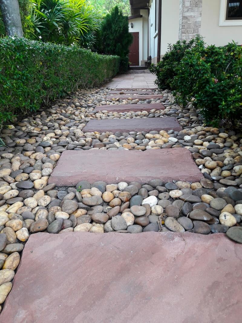 ścieżki z kamieni