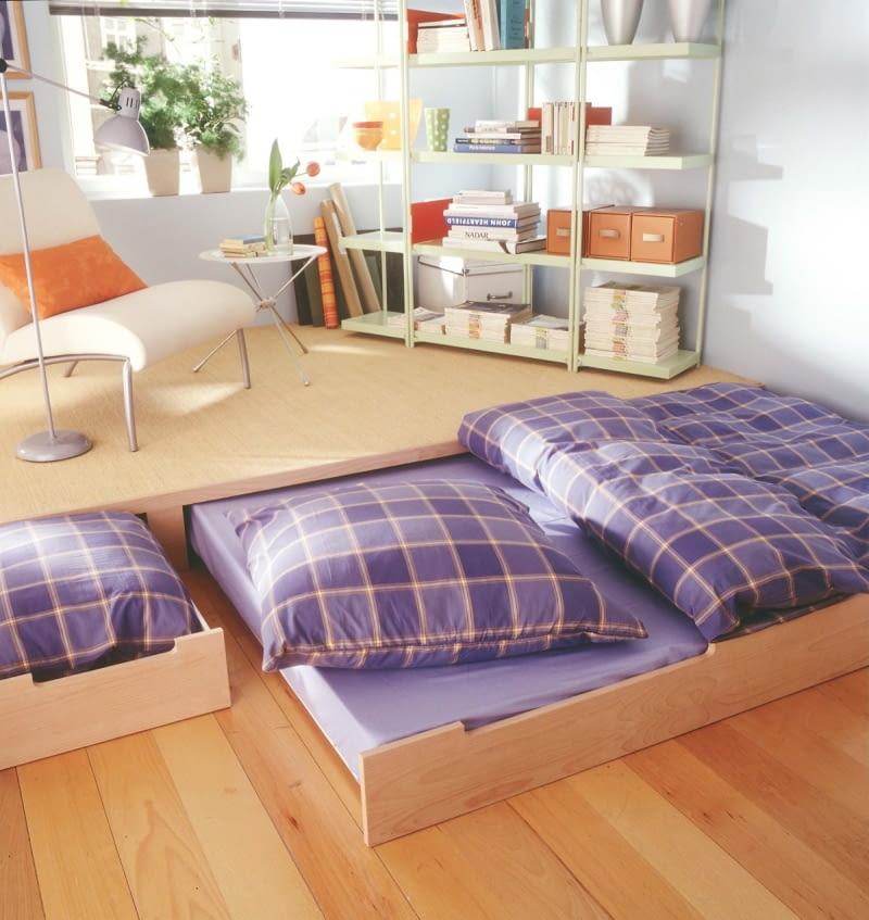 Ausziehbares Bett unter Podest