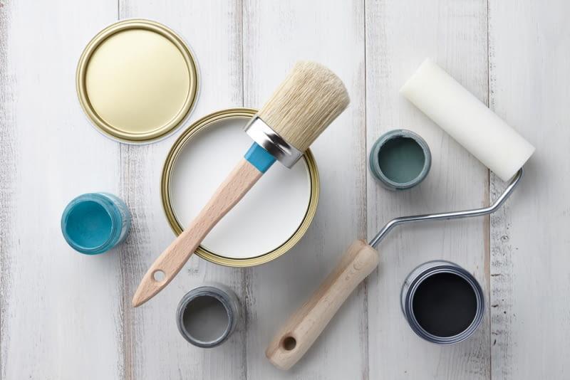Najlepszym rozwiązaniem jest nakładanie farby za pomocą pędzla owalnego, wykonanego z naturalnego włosia. Stosując pędzel z włosia można uzyskać efekt pomalowania ściany z delikatną strukturą.