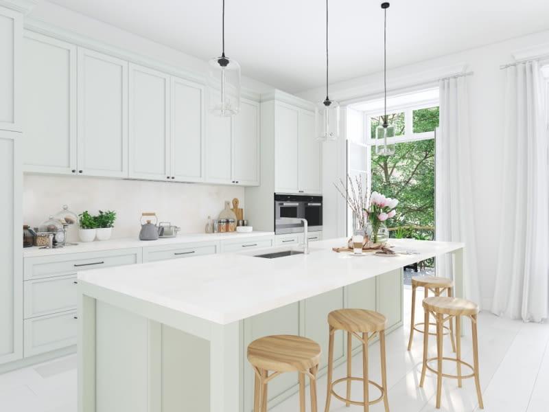 Ciekawym elementem łączącym kuchnię z salonem będzie wyspa, która pozwoli nie tylko oddzielić dwie strefy, ale też przygotowywać przekąski.