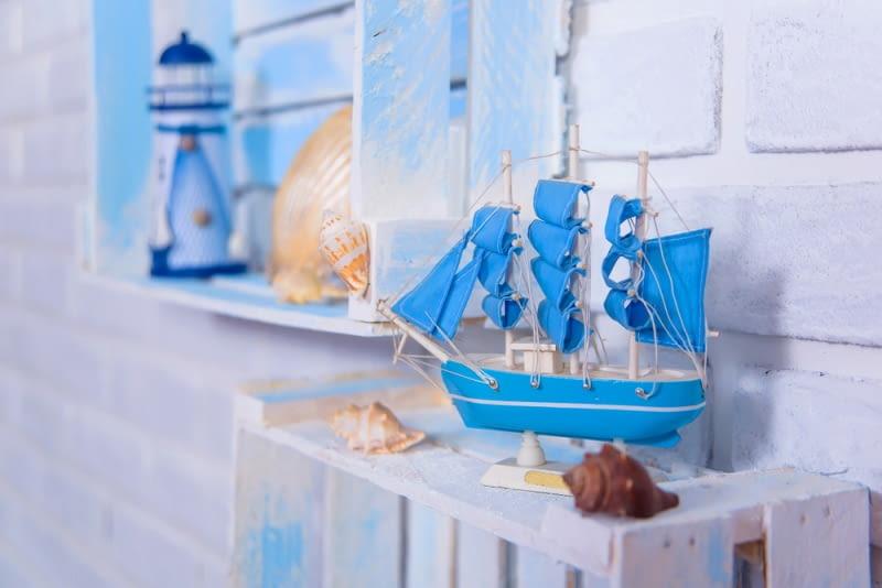 Styl marynistyczny to styl, w którym dominują naturalne materiały i motywy związane z okrętami, podróżami morskimi czy portami.