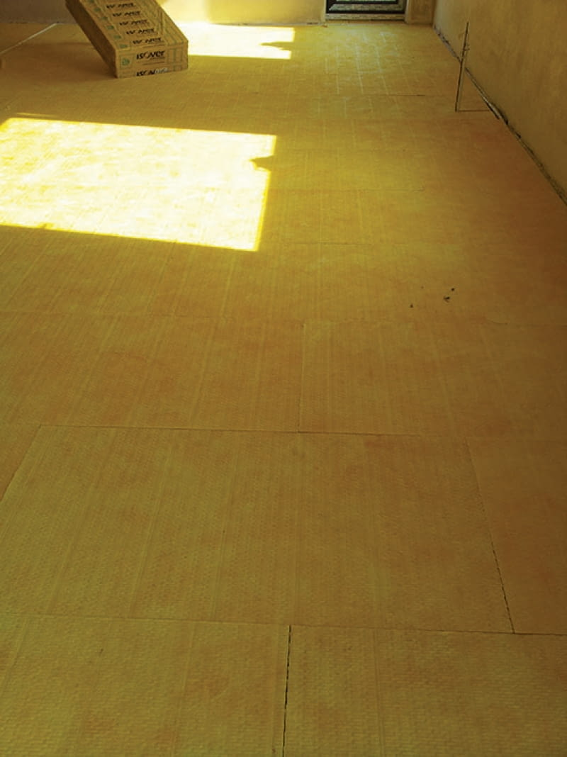 Najlepiej ułożyć na stropie dwie warstwy wełny, z przesunięciem krawędzi