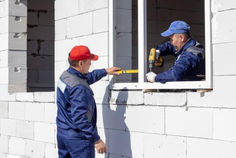Warto wcześniej zadbać o montaż drzwi i okien zewnętrznych