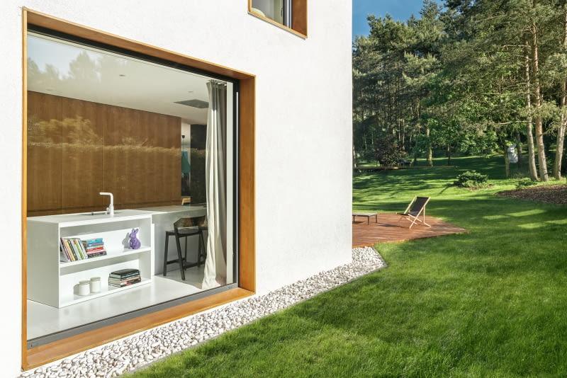 Дом выходит в мир, а точнее в сад, отделенный от улицы густой живой изгородью, в т.ч. два больших окна ...