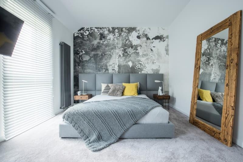 Duże sypialnie mogą natomiast pomieścić dodatkowo toaletkę, duże stojące lustro czy też garderobę.