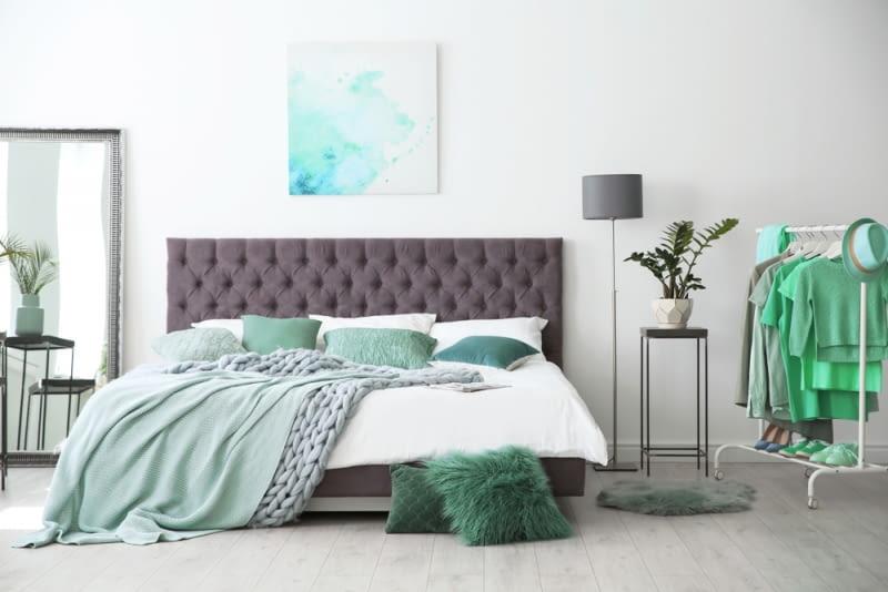 Dostępne są łóżka z ramą tapicerowaną, skórzana, bogato zdobioną a nawet drewnianą czy też w pełni minimalistyczną.